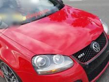 Bestuurder Golf GTI plaatst kenteken achter voorruit
