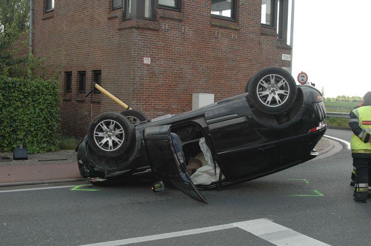 De Range Rover kwam ondersteboven tot stilstand.