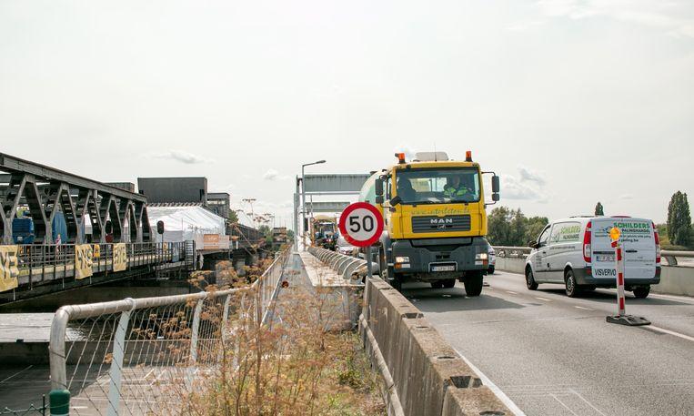 Alle verkeer wordt in twee richtingen over de nieuwe brug geleid.