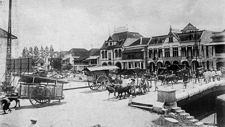De Willemskade in Soerabaja rond 1915, met het door H.P. Berlage ontworpen kantoor van verzekeringsmaatschappij De Algemeene. Beeld Tropenmuseum