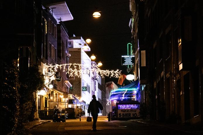 Alleen de kop van de Grotestraat is verlicht met kerstversiering. In de rest van het straatje blijft het vooralsnog donker.