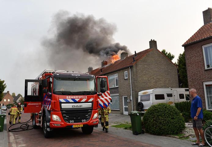 Een uitslaande brand in een woning aan de Herikstraat in Bergeijk heeft woensdagavond forse schade veroorzaakt aan de bovenverdieping van deze rijtjeswoning.