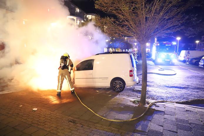 Bestelbus in vlammen op aan Merellaan in Rijswijk.