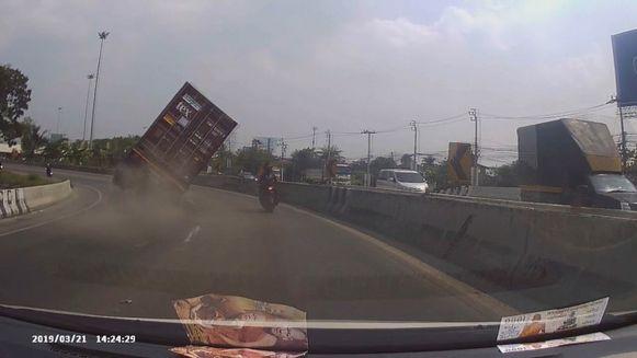 Motorrijder overleeft kantelende vrachtwagen