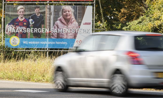Bij de invalswegen hangen sinds gisteren grote billboards gewezen worden op het belang van afstand houden en handen wassen. Lokale modellen vertellen waarom ze dat doen.