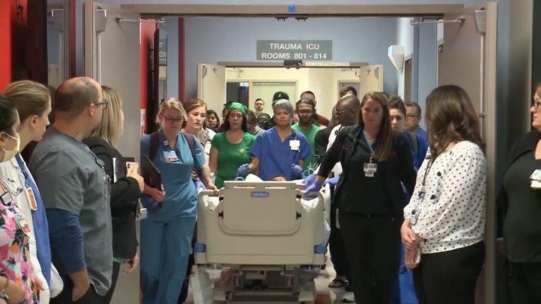 Ziekenhuispersoneel vormt erehaag voor orgaandonor.