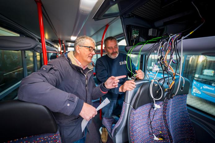 Aldert Fens kijkt hoe medewerkers van EBS het systeem in de bussen klaar maken voor gebruik.