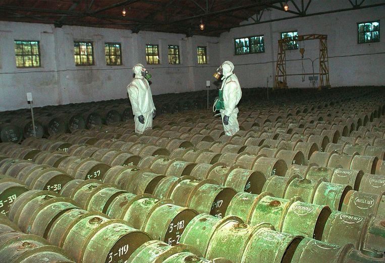 Twee Russische militairen controleren een opslagplaats voor chemische wapens in Gorny, 200 kilometer ten zuiden van Saratov. Het beeld stamt uit mei 2000. Beeld AP