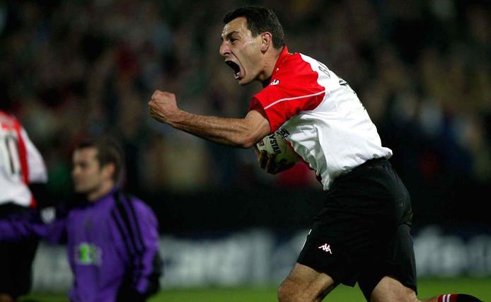 Mariano Bombarda juicht na zijn goal tegen Newcastle United in 2002.
