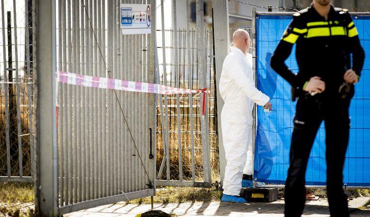 Politie is aanwezig in Amsterdam-Noord waar bij een schietincident de broer van de kroongetuige Nabil B. is doodgeschoten.  Beeld ANP
