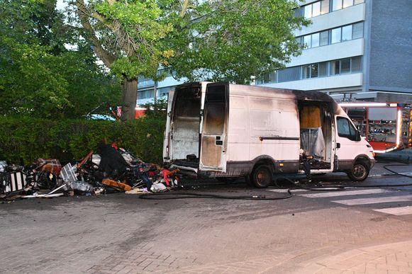 De bestelwagen brandde volledig uit.