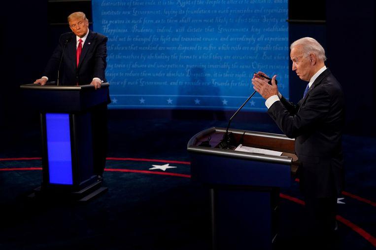 De Amerikaanse president Donald Trump en de democratische presidentskandidaat Joe Biden spreken tijdens hun laatste debat voor de verkiezingen op 3 november. Beeld REUTERS