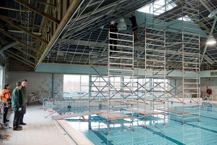De plafonds in Zwembad de Kiefer moesten in december verwijderd worden.