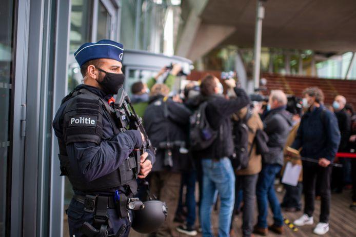 De politie was vrijdag massaal aanwezig bij de start van het proces over de verijdelde aanslag in 2018.