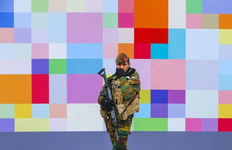 Een soldaat bewaakt een winkelstraat in Brussel. Beeld reuters