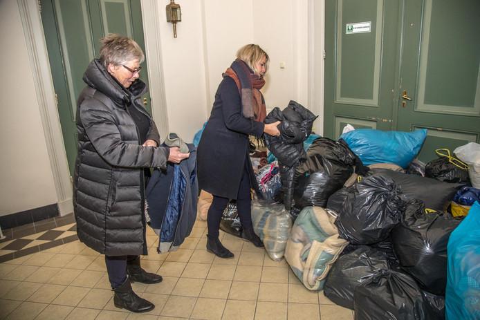 Wil van de Meeberg en Marlien Poll zamelen kleding in voor daklozen.