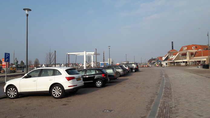 Er wordt nog druk gewerkt aan de herinrichting van de Strandboulevard in Harderwijk, maar het uitzicht wordt verstoord door auto's op de nieuwe parkeerplaatsen die zijn aangelegd.