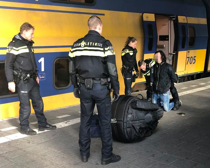 Arrestatie van de 23-jarige S. op het station van Eindhoven. Hij wordt verdacht van het doodsteken van Sarah Papenheim (21) in een Rotterdams studentencomplex.