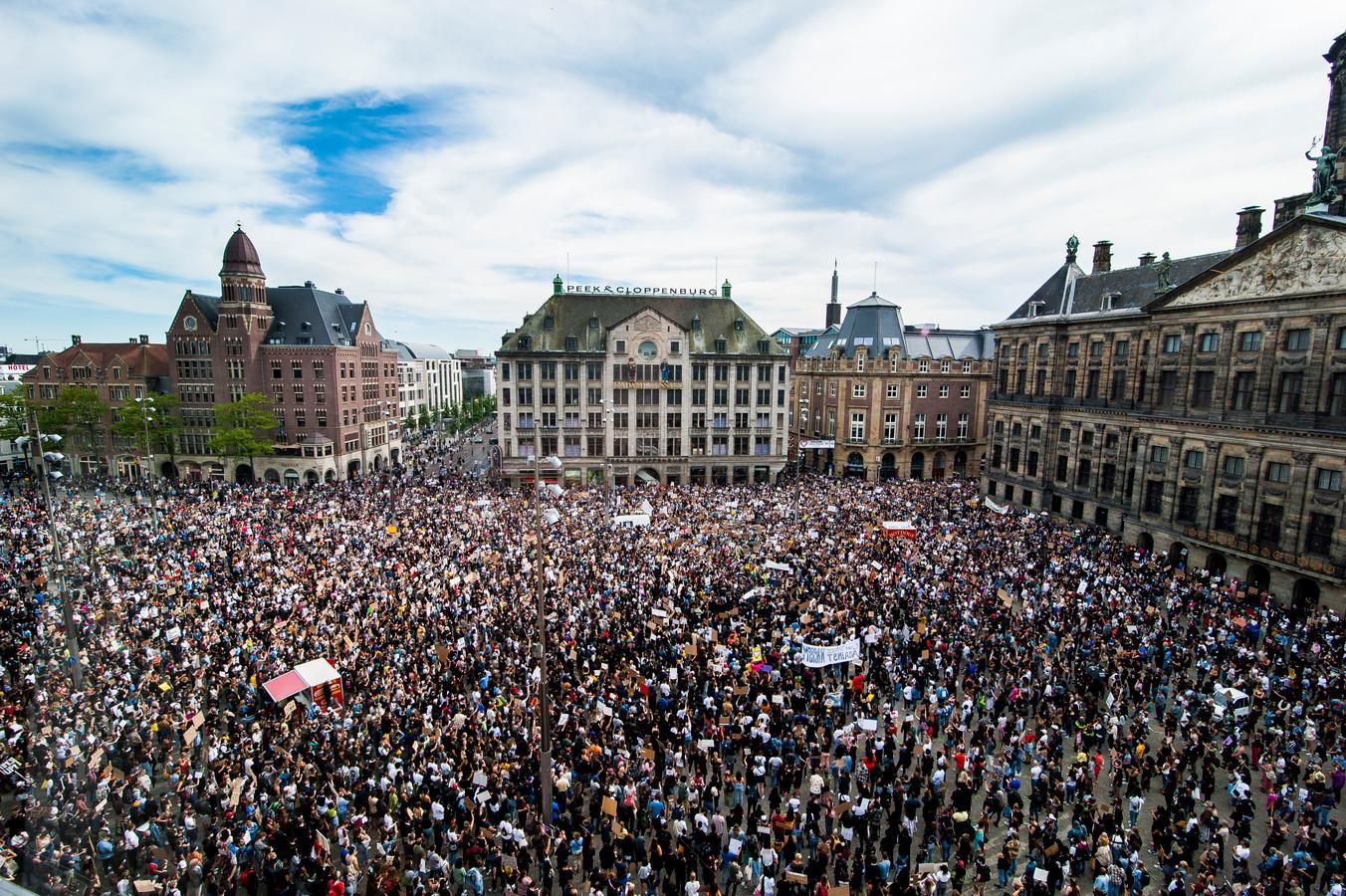 Op 1 juni stonden er tot verrassing van de autoriteiten tussen de 10.000 en 14.000 mensen op de Dam, waar slechts enkele honderden demonstranten werden verwacht