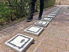 Stoeptegels met getekende wandelaars in 's Landshuis Hulst