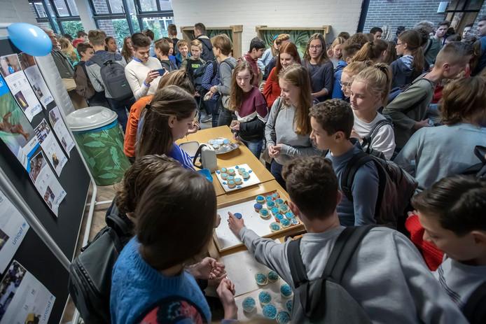 De blauwe cakejes gingen grif van de hand tijdens World Children's Day op het Norbertus Gertrudis Lyceum in Roosendaal.  Foto Pix4Profs/Chris van Klinken