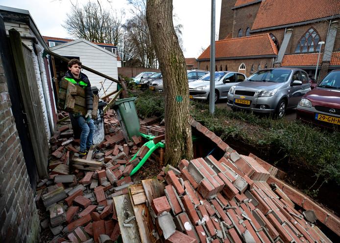 Bij de Pastoor Van Arskerk in Woensel waaide een scheidingsmuur om.