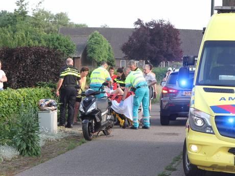 Scooterrijder en bijrijder onderuit in Bakel; beide personen gewond naar het ziekenhuis
