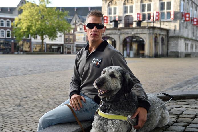 Para-triatleet Daniël Knegt met hulphond Baco.