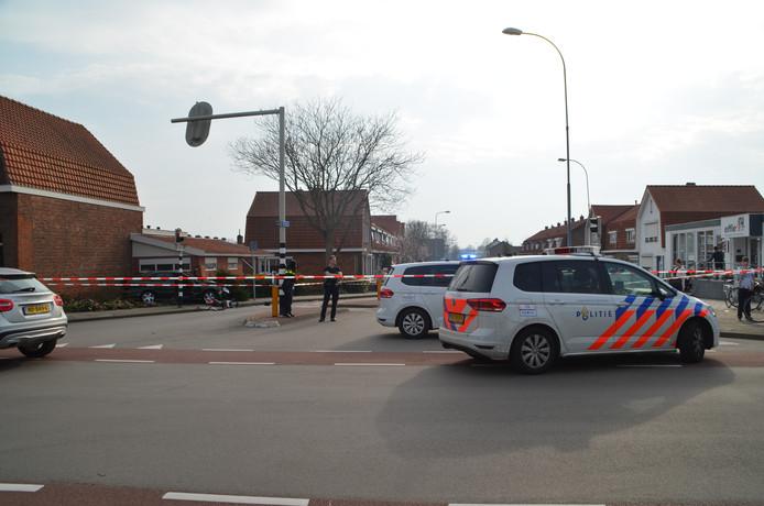 De garage ligt op de kruising van de Dokweg met de Axelsestraat.