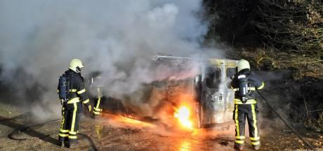 Bestelbus uitgebrand in Hilvarenbeek, politie onderzoekt eventuele link met overvallen Tilburg