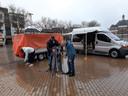 De kerstkofferbakverkoop op het Marktplein zit er al op voor-ie begonnen is. De kraam van Aart Fluit (met pet) wordt afgebroken.