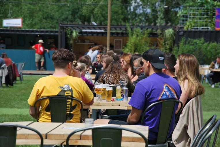 De mensen genieten van een biertje.