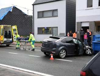 Auto knalt tegen container op parkeerstrook