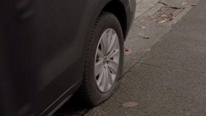 Vijf geparkeerde wagens beschadigd, vandalen steken banden plat