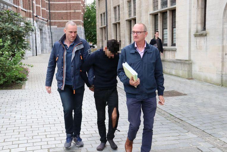 De verdachte van 18 jaar die werd voorgeleid bij de onderzoeksrechter in Dendermonde, riep het zwijgrecht in en verklaarde niets bij de onderzoeksrechter. Hij blijft aangehouden.