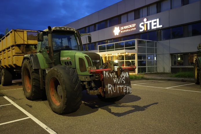 Boeren protesteren op het terrein van de drukkerij van DPG Media, voorheen De Persgroep, in Best.