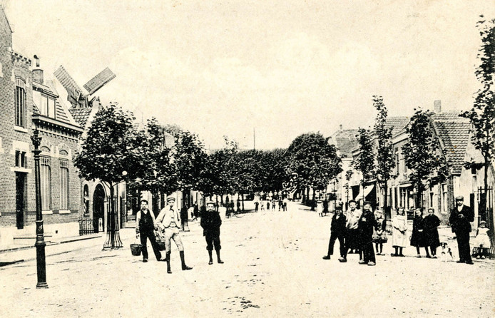 Nieuwenhoorn circa 1908. Een kijkje in de Dorpsstraat met links de molen van Arie Spoon.
