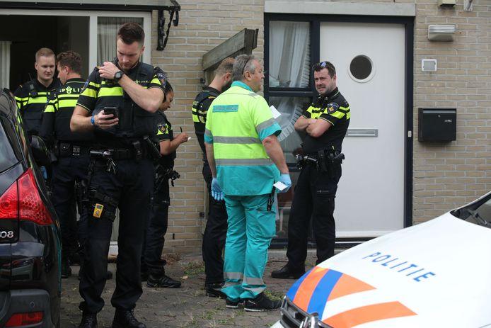 Veel politie en ambulancemedewerkers nadat het 10-jarige zoontje van de verdachte moeder zijn bebloede handjes uit het raam had gestoken en om hulp had geroepen.