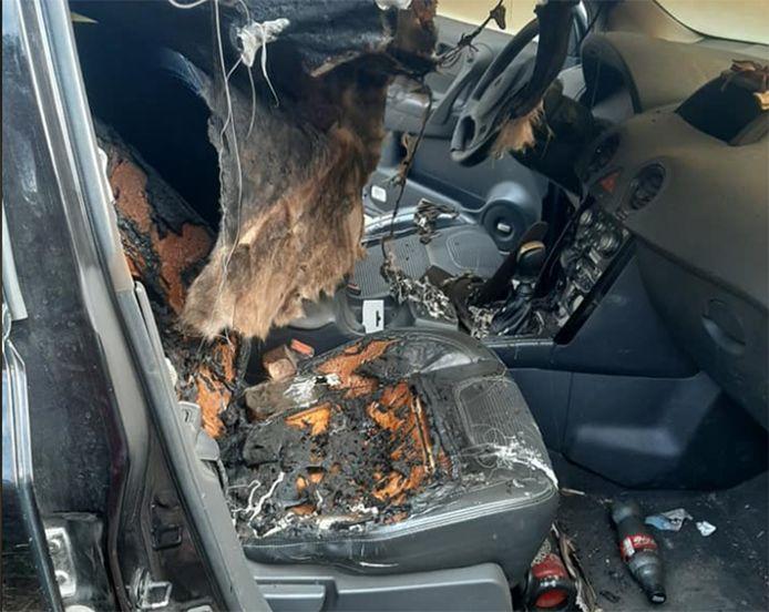 Le siège passager et la portière brûlés.