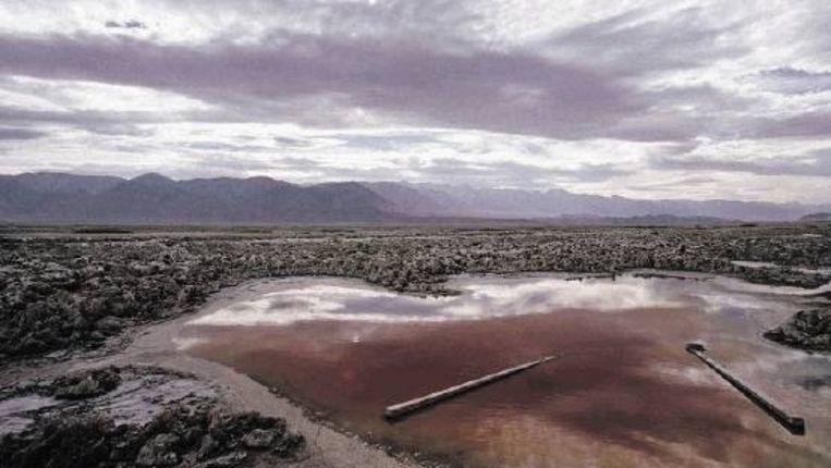 Het Owens-meer in Californië is door de mens vrijwel leeggezogen. Recent worden pogingen ondernomen het water weer terug te brengen in de door stofstormen geteisterde vallei. ( FOTO AP) Beeld