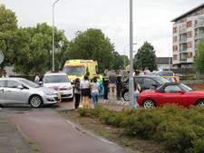 Fietsster naar ziekenhuis na botsing met auto op rotonde in Tiel