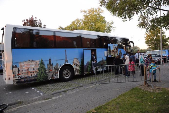 De eerste vluchtelingen komen aan in Roosendaal. foto Christian Traets/MaricMedia