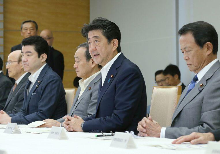 Het aantal doden door de aardbeving op het noordelijke Japanse eiland Hokkaido is meer dan verdubbeld. Premier Shinzo Abe (midden) zei vandaag dat zeker 16 mensen om het leven zijn gekomen.