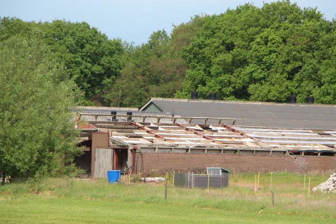 Sanering van een asbestdak op een stal bij een agrarisch bedrijf.