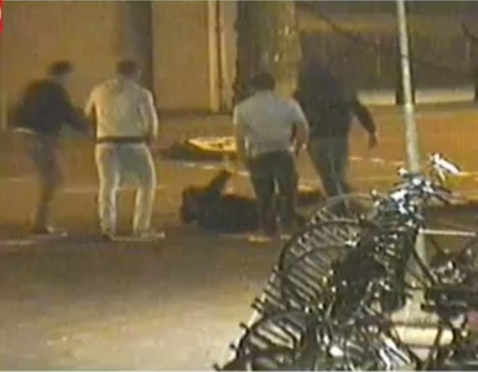 Beeld van het filmpje van de mishandeling in Eindhoven.