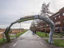 Witte bakwagen met laadklep ramde kunstwerk De Boog in Zwolle