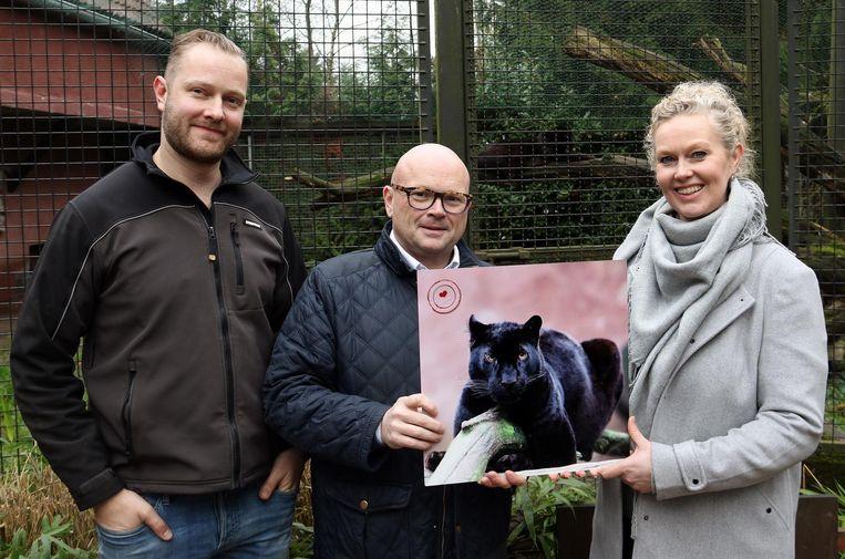 Luc Cools (m.) samen met Wim en Els Verheyen bij een afbeelding van de zwarte panter Lola.