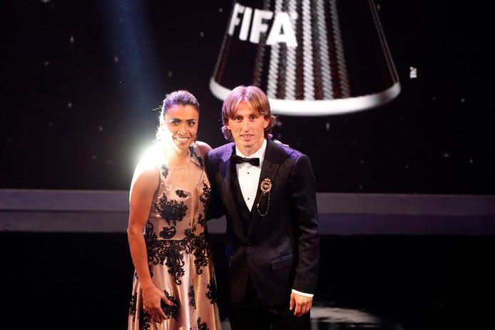Marta, de beste voetbalster, met Luka Modric, die de prijs bij de mannen won.
