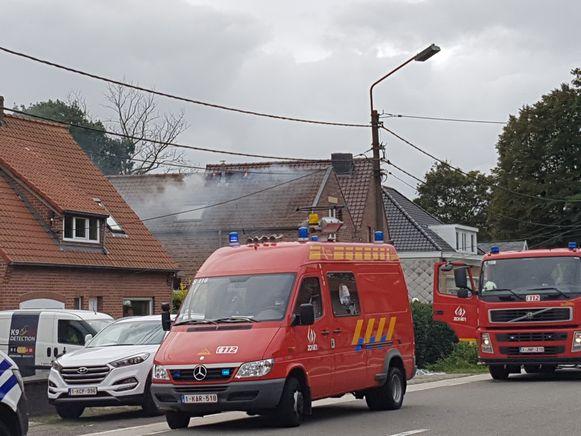 De vlammen begonnen net door het dak te slaan.