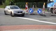 Kapot putdeksel levert levensgevaarlijke situatie op: auto's halen rechts over fietspad in om niet te moeten wachten